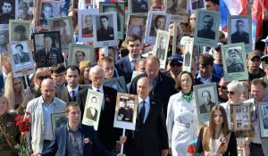 """Путин с портретом отца возглавил шествие """"Бессмертного полка"""" на Красной площади"""
