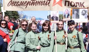 """Участники шествия """"Бессмертный полк"""". Барнаул, 9 мая 2015 год."""