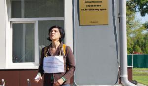 Жительница Барнаула просила милостыню у входа в СУСК по Алтайскому краю.