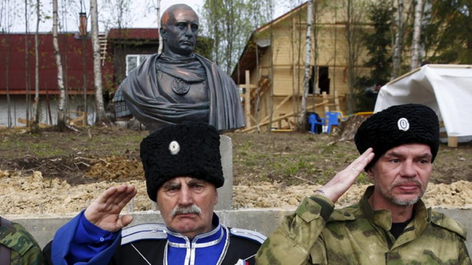 Под Питером казаки установили памятник Путину.