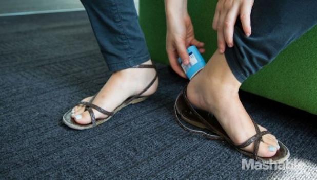 Если намазать пятки твердым дезодорантом, то ремешки новой обуви не будут натирать.