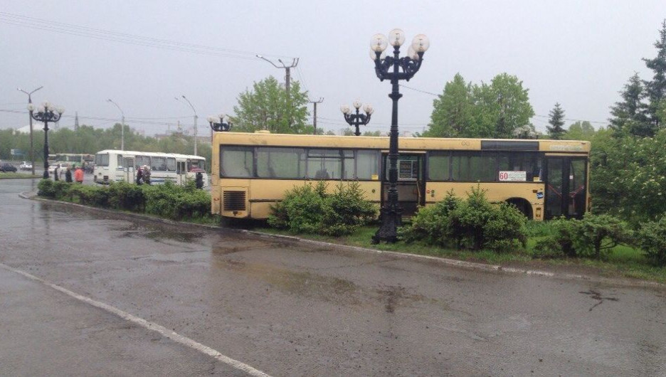 Автобус оказался на газоне около Речного вокзала.