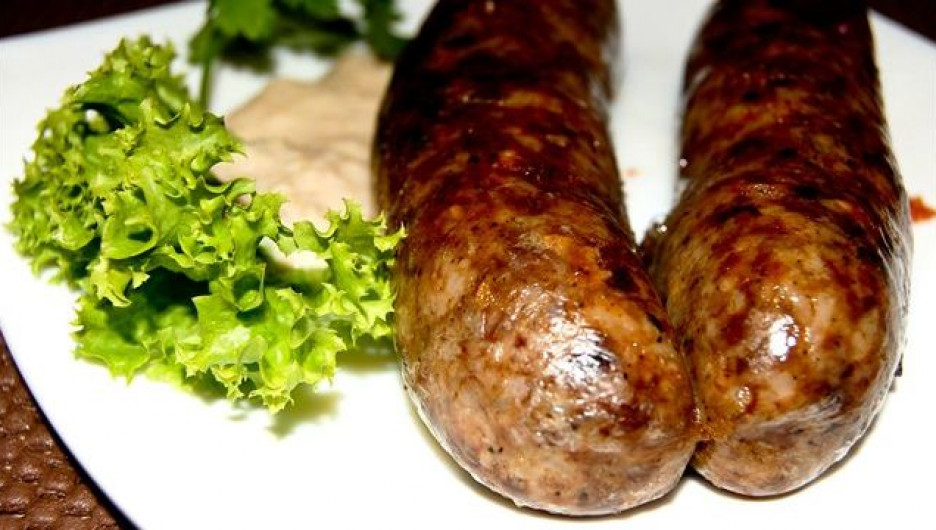 «Пивурчики». Свиное мясо маринуется в тёмном пиве, тщательно вымешивается до состояния вязкого фарша и коптится горячим дымом бука и ясеня. Цена-680 руб/кг.