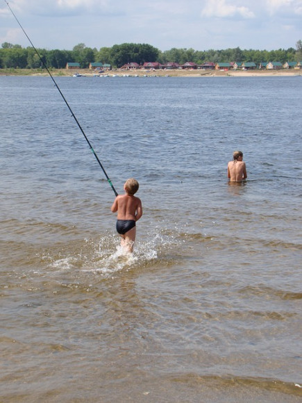 Дети обожают проводить лето у воды.