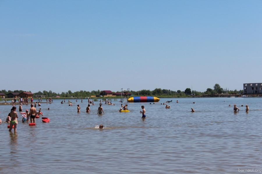 В Барнауле открыли городской пляж на острове Помазкин.