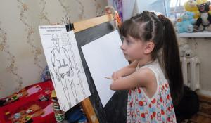 Барнаульские художники рисуют картины вместе с детьми-инвалидами. Художница Алла Кощеева.