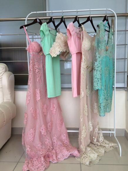Платья нежных оттенков отлично смотрятся на молодых девушках. Наряды из коллекции дизайнера Галины Гришиной.