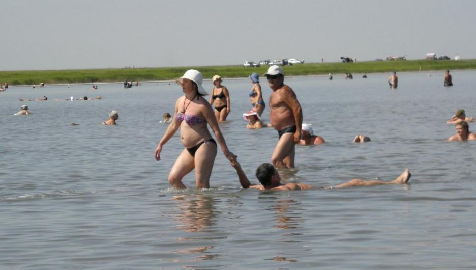 Пляжный сезон на Алтае. Озеро.