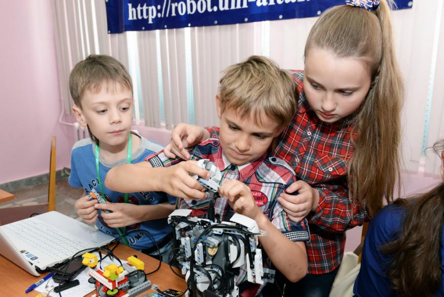 """Во время """"Электронной недели на Алтае"""" барнаульских ребят учили робототехнике."""