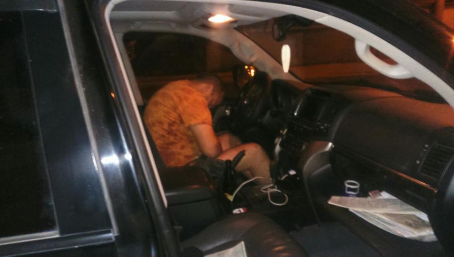 """Заснувший водитель """"Тойоты Ленд Крузер""""."""