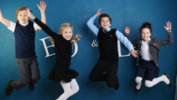 Дети не любят одежду, сковывающую движения, поэтому для школьной формы не годятся сильно зауженные силуэты и тяжелые ткани.