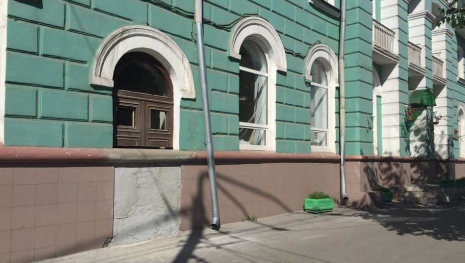 Власти обязали музыкальную школу вернуть дверь на место.
