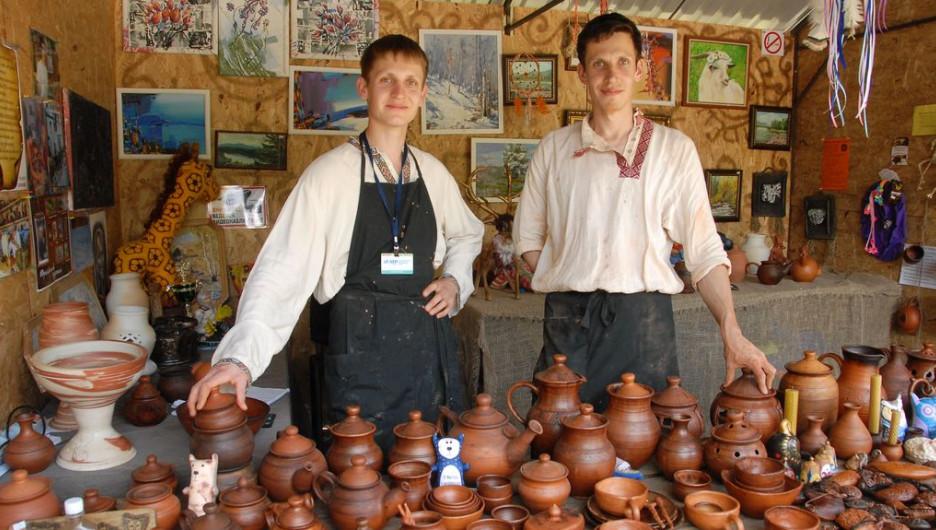 Мастера Покидаевы из Белокурихи уверены главное в гончарном деле - практика.