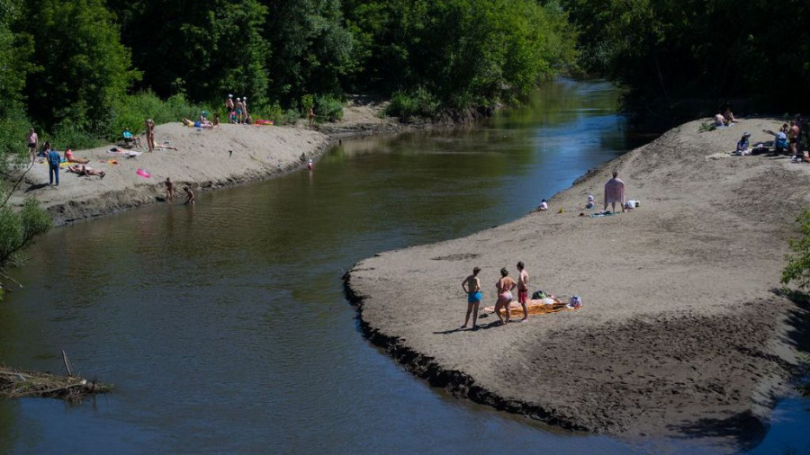 Пляж на реке Лосиха. Здесь много детей - вода здесь мелкая, как раз для малышни.