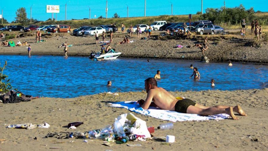 Пляж в заливе Оби. Мусор здесь везде, поэтому лечь от него подальше не выйдет.