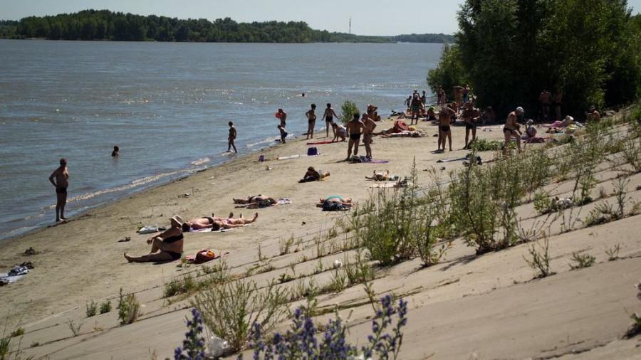 Пляж на Речном. Волны выносят под ноги отдыхающим мусор.
