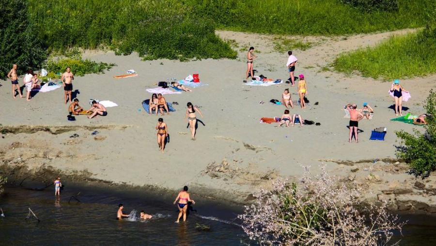 Пляж на правом берегу Оби под мостом. Здесь в основном загорают.