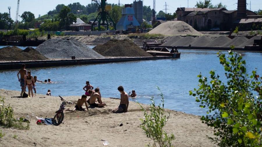 Пляж на грузовой части речного порта. Здесь отдыхают исключительно подростки. Мусора здесь тоже очень много.