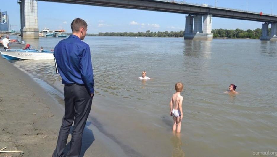 Барнаульцев предупредили о небезопасности купания у Нового моста.