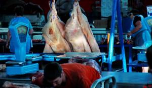Мясо свинины на рынке.
