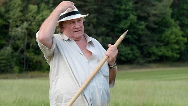 Лукашенко научил Депардье косить траву.