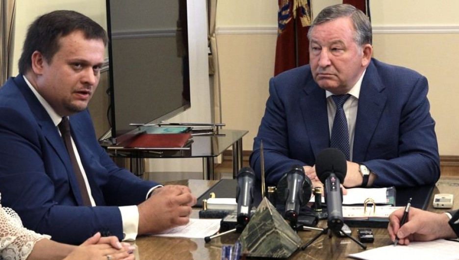 Руководитель Агентства стратегических инициатив Андрей Никитин (слева) и губернатор Алтайского края Александр Карлин.