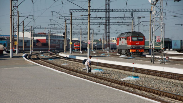 Электрички на железнодорожном вокзале в Барнауле.