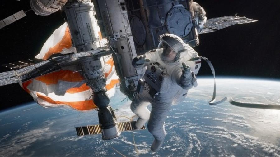 """""""Гравитация"""". В космическом пространстве нельзя часто сталкиваться с космическим мусором."""