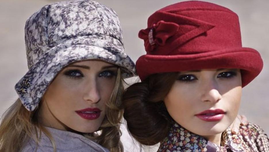 """Человек в шляпе обращает на себя гораздо больше внимания, чем блондинка, одетая с ног до головы в розовое, считают мастера салона """"Мир шляп""""."""