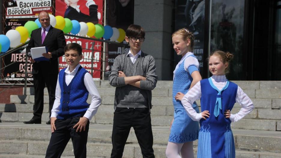 """Коллекцию новых моделей школьной формы, разработанных швейниками края, демонстрировали на июньской выставке детских товаров у Театра драмы ученики школы моды """"Светлана""""."""