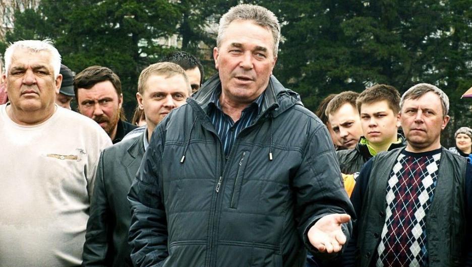 Владимир Ларионов (в центре) на митинге рубцовчан против плохих дорог.