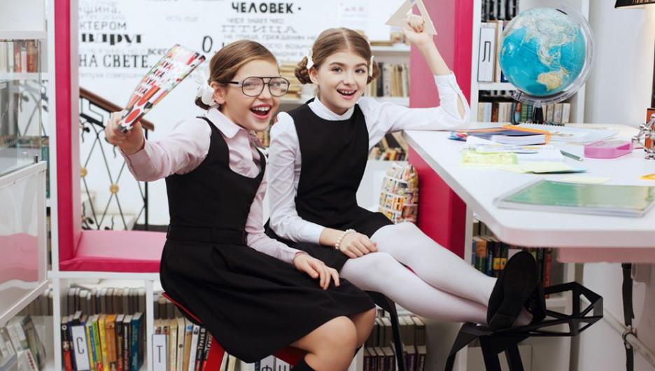 Чтобы не выбирать между красотой и практичностью, имеет смысл соединить в школьном гардеробе изделия разных брендов.