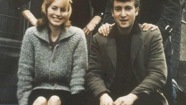 17-летний Джон Леннон с его тогдашней подругой и будущей женой Синтией, 1957