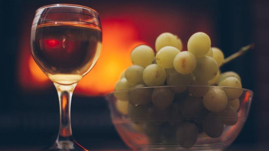 Вино и горсть винограда.