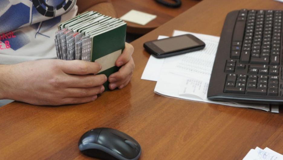 Проверка паспортов иностранцев в миграционной службе.