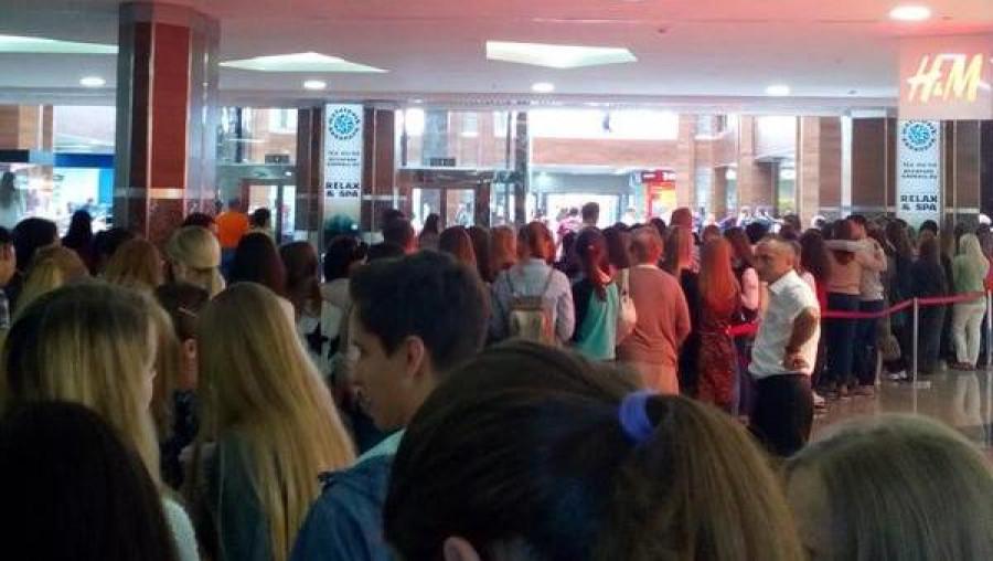 Барнаульцы стоят в очереди на открытие магазина H&M.