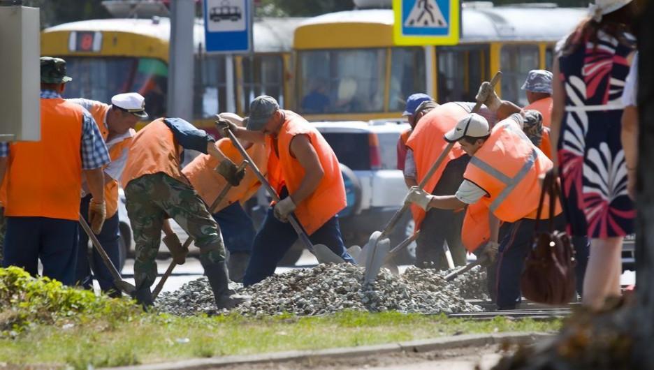 Барнаульцы за работой на улице.