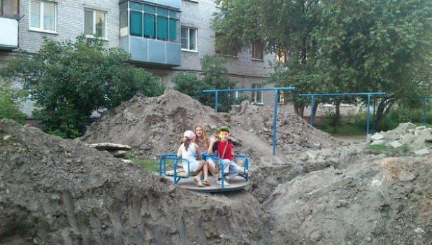 Дети в раскопанном барнаульском дворе.