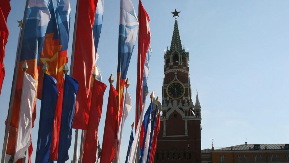 Кремль. Флаг России.