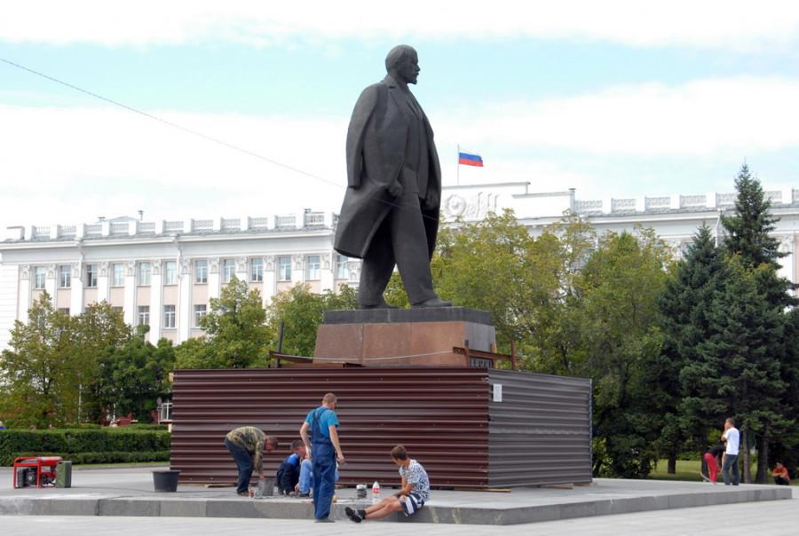 Ремонт памятника Ленину на площади Советов. Барнаул, 24 августа 2015 года.