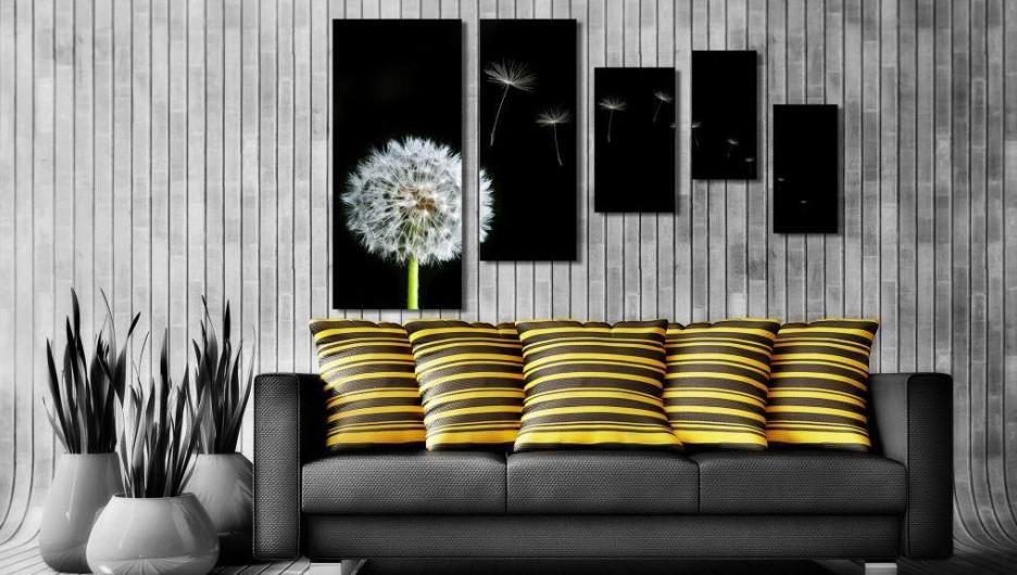 Неплох вариант размещения модульной картины над мебелью. Умелый декоратор обязательно расположит по соседству элемент, подчеркивающий оттенки модульной конструкции.