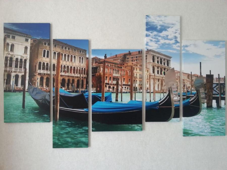 Родители заказали в комнату подростка модульную картину с изображением венецианского канала, когда он стал бредить поездкой в Венецию, увлекшись игрой Assassin's Creed.