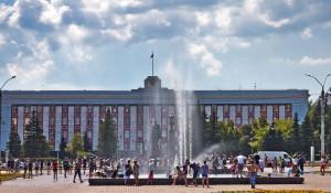 Жара, фонтан и администрация Алтайского края.