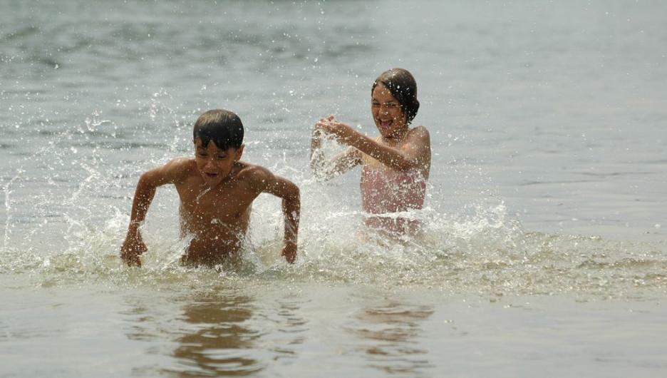 Дети на пляже.