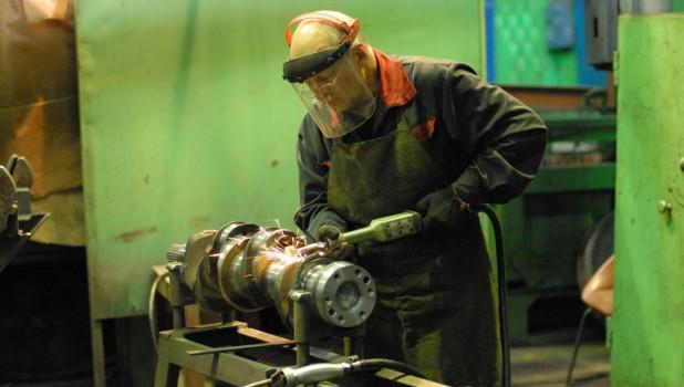 Рабочий на заводе.