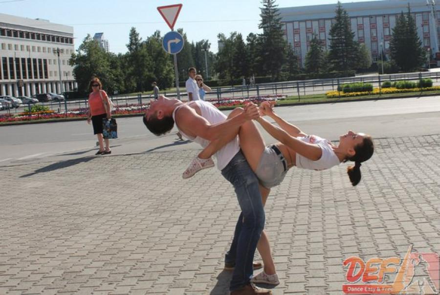 За танцами на открытом воздухе студии DEF жители Барнаула не раз с интересом наблюдали летом.