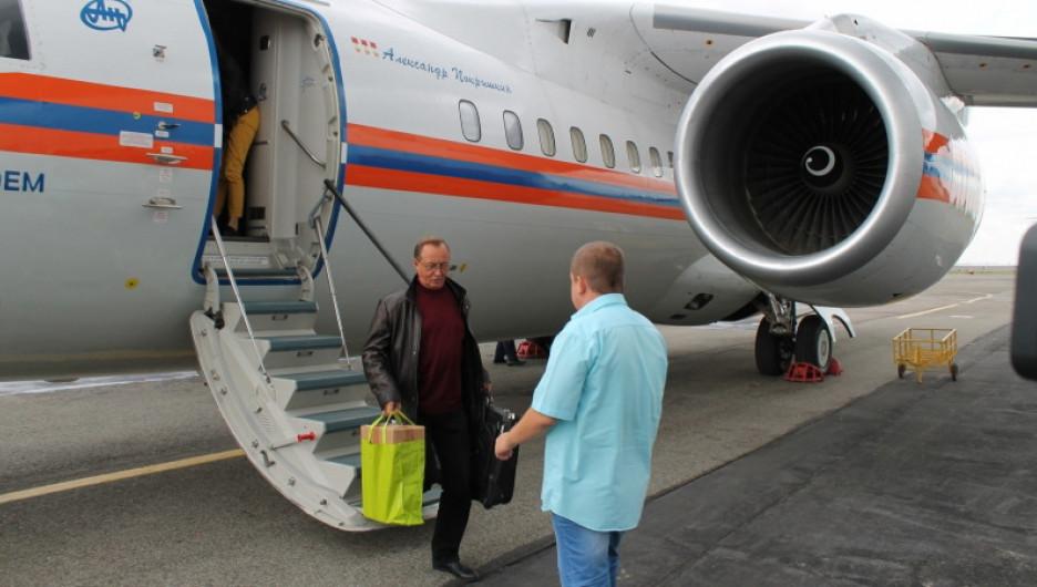 В барнаульском аэропорту приземлился борт МЧС с артистами.