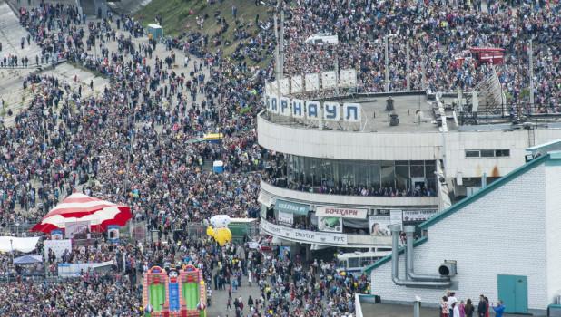 """Авиашоу пилотажной группы """"Стрижи"""". Барнаул, День города 5 сентября 2015 года."""