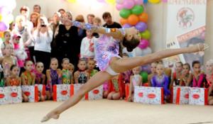 Художественная гимнастика формирует красивую фигуру, делает движения пластичными и грациозными, даже если поначалу ребенок сутулился и косолапил.