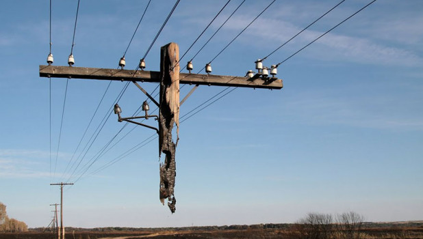 Сгоревший столб линии электропередач.